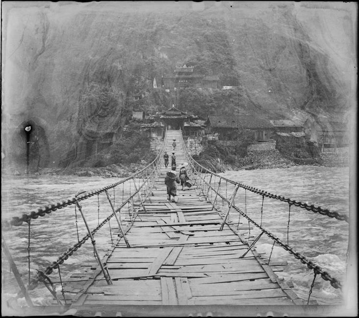 Passage du pont suspendu de Luding Qiao (Sichuan) sur le Dadu He, circa 1886-1904, gelatin silver glass plate negative