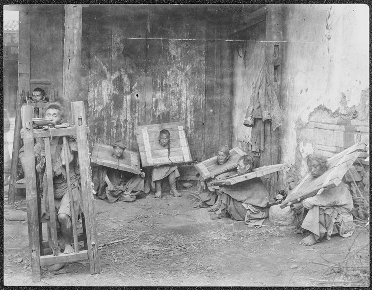 Homme en cage et condamnés à la cangue à Kunming, circa 1886-1904, gelatin silver glass plate negative
