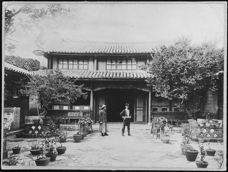 Auguste François devant son Yamen à Yunnanfou, circa 1886-1904, gelatin silver glass plate negative