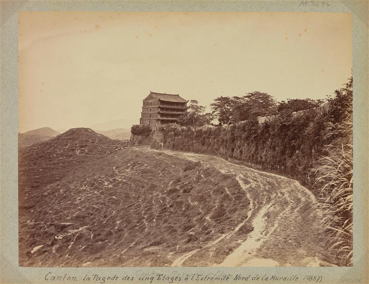 Canton : la pagode à cinq étages (Zhenzai tower) au nord des remparts, 1887, albumen print