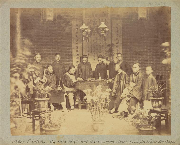 Canton : Riche négociant et ses commis faisant ses comptes avec un abaque, 1887, albumen print