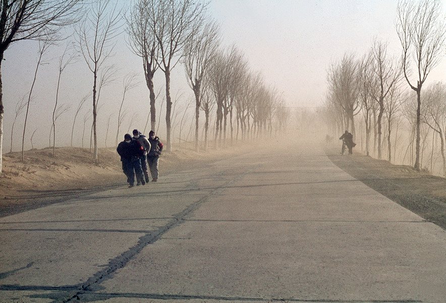 1967. On the road from Tianjin to Pekin. Sandstorm coming from the Gobi desert. © Solange Brand.