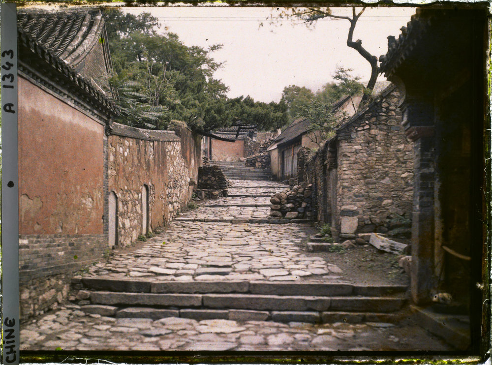 The path leading to the summit. 1913. Autochrome, 9x12 cm (inv. A 1343). Département des Hauts-de-Seine, musée Albert-Kahn, collection des Archives de la Planète
