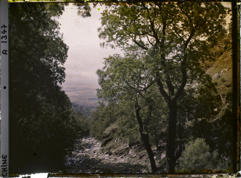 Between Wanxianlou and Dongxiqiao. 1913. Autochrome, 9x12 cm (inv. A 1347). Département des Hauts-de-Seine, musée Albert-Kahn, collection des Archives de la Planète