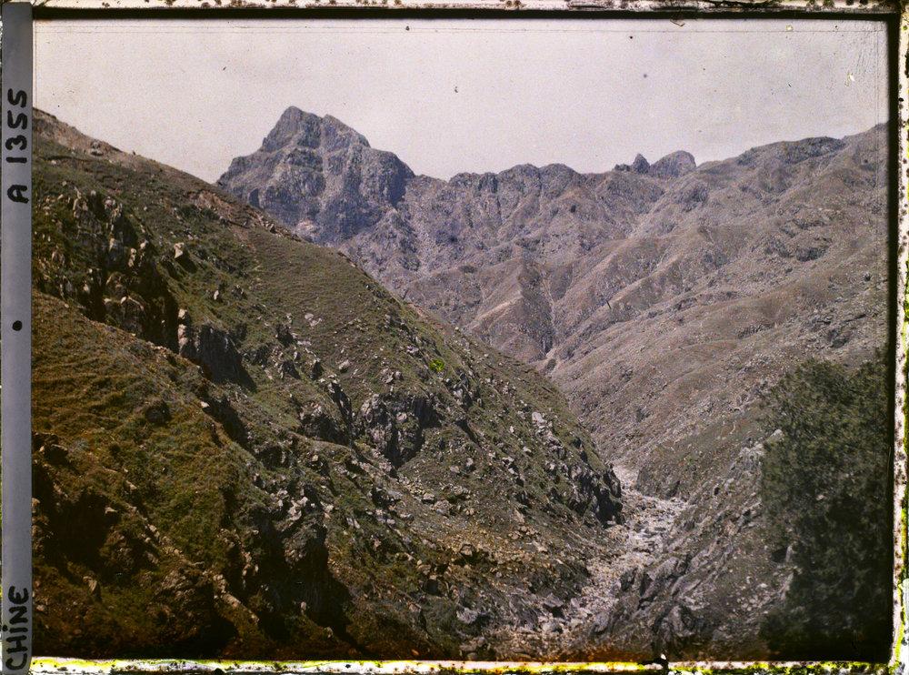 """Aolaifeng, also called Furongfeng (""""Peak of the Hibiscus""""). 1913. Autochrome, 9x12 cm (inv. A 1355). Département des Hauts-de-Seine, musée Albert-Kahn, collection des Archives de la Planète"""