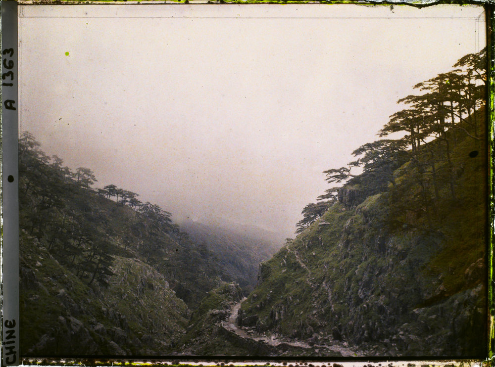 "Duisongshan, also called Wansongshan (""Ten Thousand-Pine Mountain""). 1913. Autochrome, 9x12 cm (inv. A 1363). Département des Hauts-de-Seine, musée Albert-Kahn, collection des Archives de la Planète"