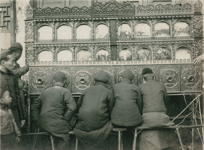 Unidentified photographer (Agence Mactavish and Co – Shanghai). Magic Lantern Show. Shanghai, circa 1930. Silver print. 7,8 x 10,2 cm