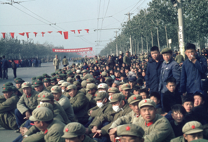 November 1966, Demonstration. We recognize the soldiers thanks to their khaki uniforms and the red star caps. © Solange Brand
