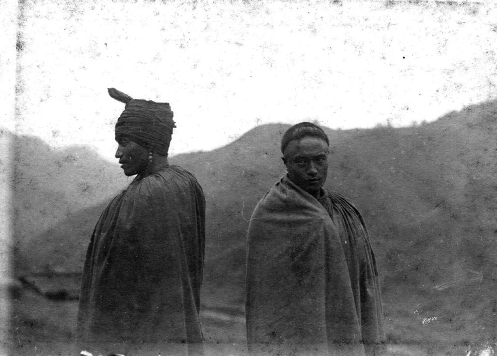 Men with typical headdress from Bielu's clan