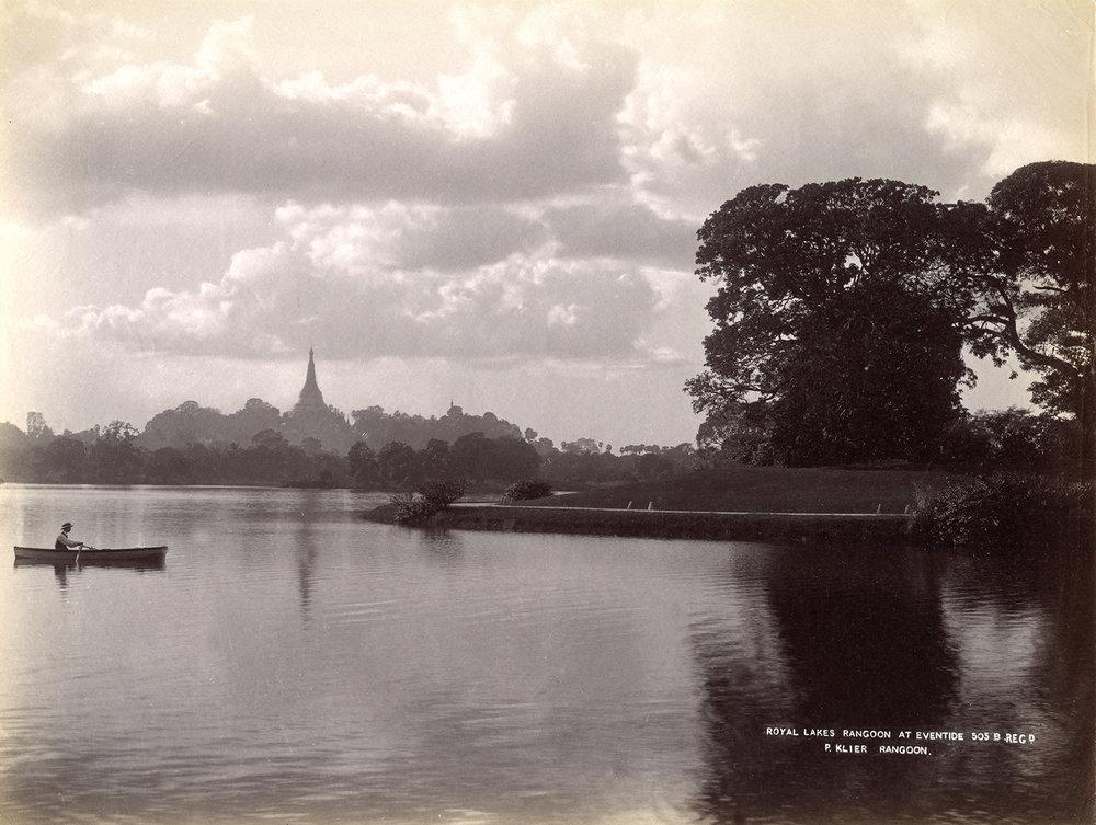 Philip Adolphe Klier (actif en Birmanie de 1871 à 1911) Inscription dans la photographie : Royal Lake Rangoon at eventide 505 B regd [registred] P. Klier Rangoon. (Le lac Royal de Yangon au crépuscule) Circa 1890 Épreuve à l'albumine sur papier, image : 203 ´268 mm Don de J. et M.Cazamian à la mémoire d'André Cazamian (1875-1944), 1993, AP10396 © Musée Guimet, Paris (dist. RMN-GP) / image MNAAG
