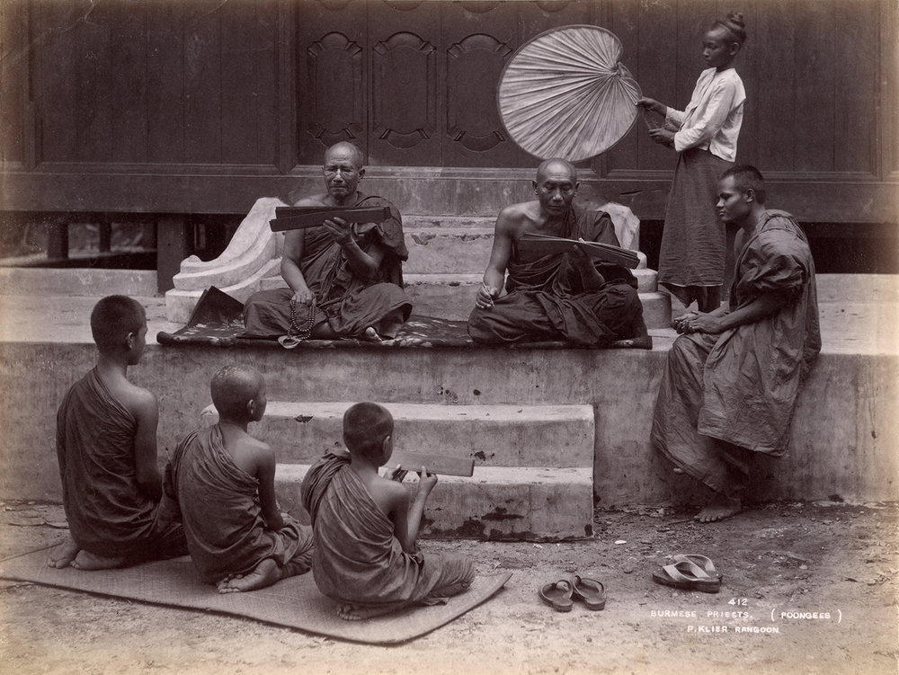 Philip Adolphe Klier (actif en Birmanie de 1871 à 1911) Inscription dans la photographie : 412 Burmese Priests. (poongees) P. Klier Rangoon (Moines birmans) Circa 1890 Épreuve à l'albumine sur papier, 203 ´270 mm Don de J. et M.Cazamian à la mémoire d'André Cazamian (1875-1944), 1993, AP10378 © Musée Guimet, Paris (dist. RMN-GP) / image MNAAG