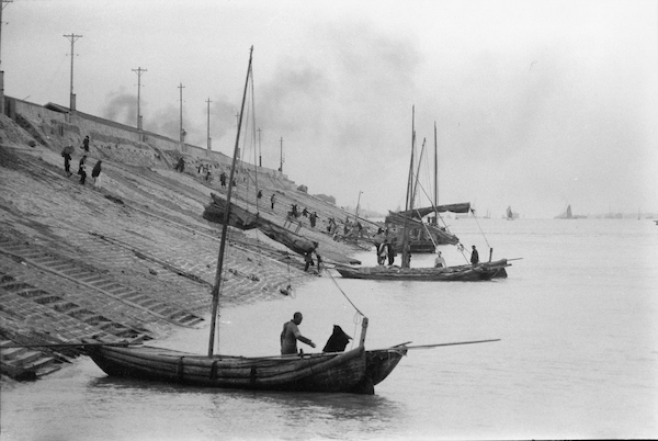Boats at dyke on Yangtse, at Hankow | Courtesy of Tom Hutchins Images Ltd., New Zealand