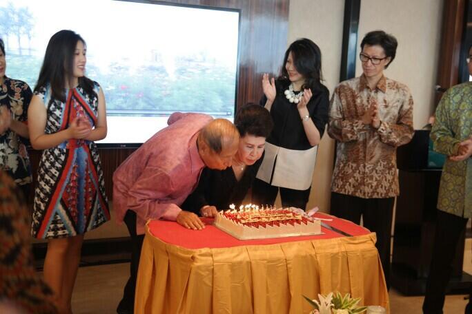 Pak Ciputra dan istri meniup lilin kue ulang tahun.jpg
