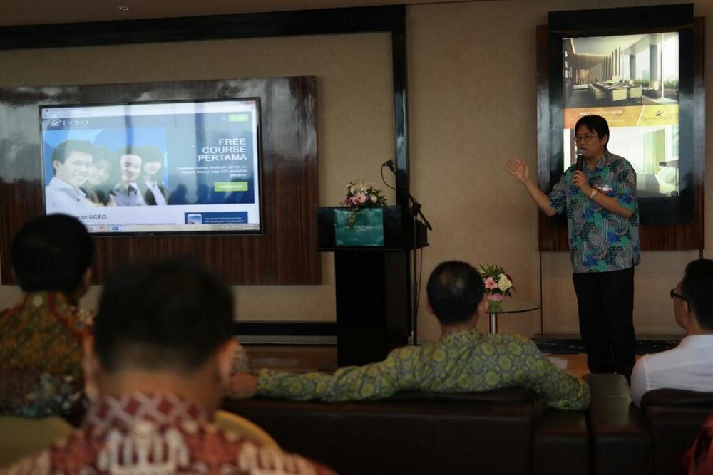 Pak Eric menjelaskan bagaimana mengakses pembelajaran entrepreneur via web UCEO.jpg