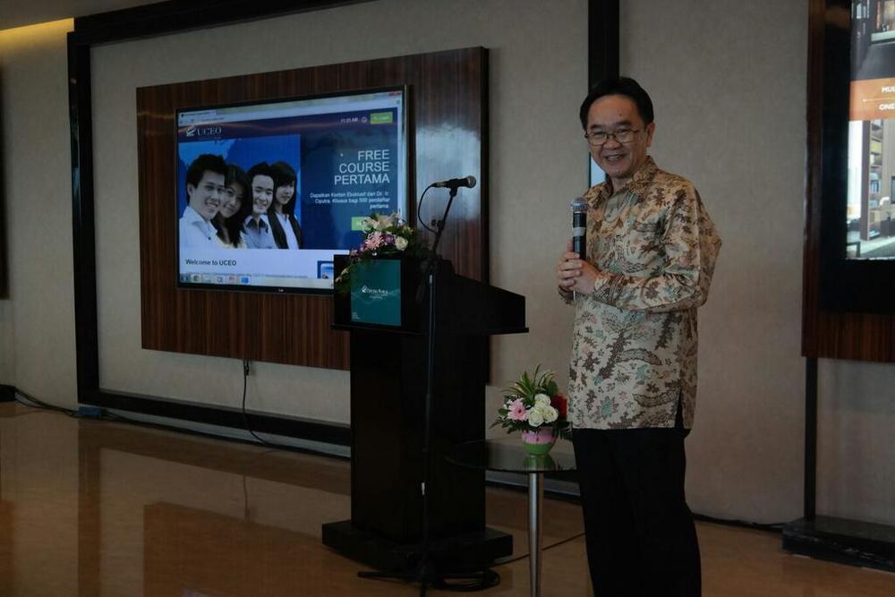 Pak Tanan membuka launching UCEO, memperkenalkan pembelajaran entrepreneur online.jpg