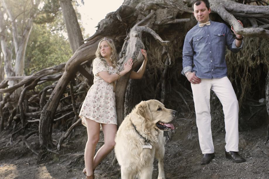La pareja de Caro y Luis con su Perro para las Fotos de su Boda