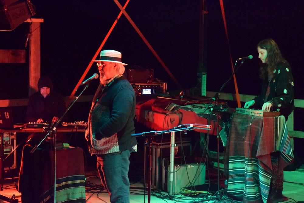 DJ Vasile (mixing, sampling, effects), Mircea Florian (chitară, voce), Andrei Dinescu (sintetizator, trompetă, vioară).