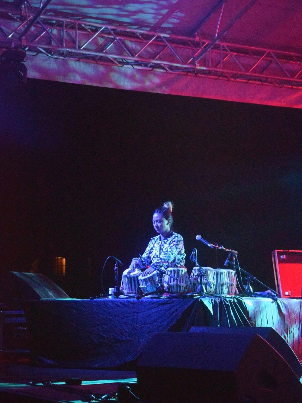 Sanskiriti într-un moment solo la tobele indiene: tablas