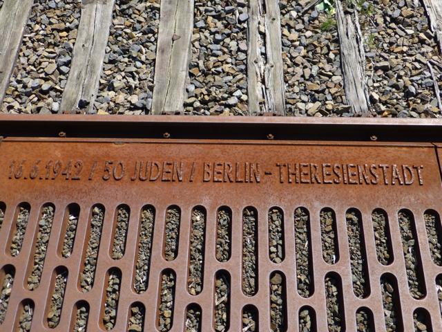 Imagen 5. Placa al borde del Andén 17 que recuerda que 50 judíos fueron deportados a Theresienstadt el 16 de junio de 1942.