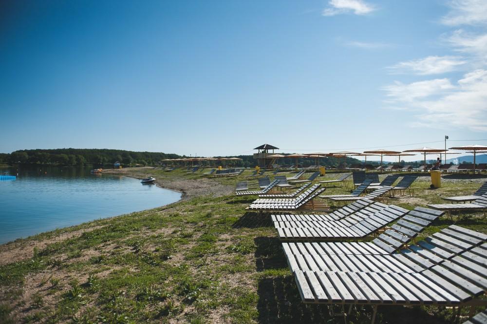 מיטות שיזוף על שפת האגם