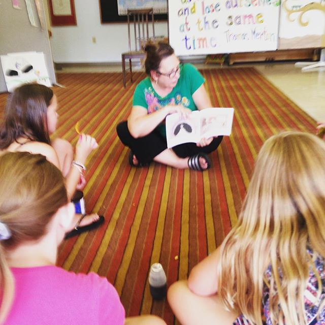 Gotta work on my reading posture 😂 First spontaneous reading of #chickenthecat to our slime workshop kids at #openartstudio in #Springdale. #indieauthor #chickenthebook #graphicnovel #memoir