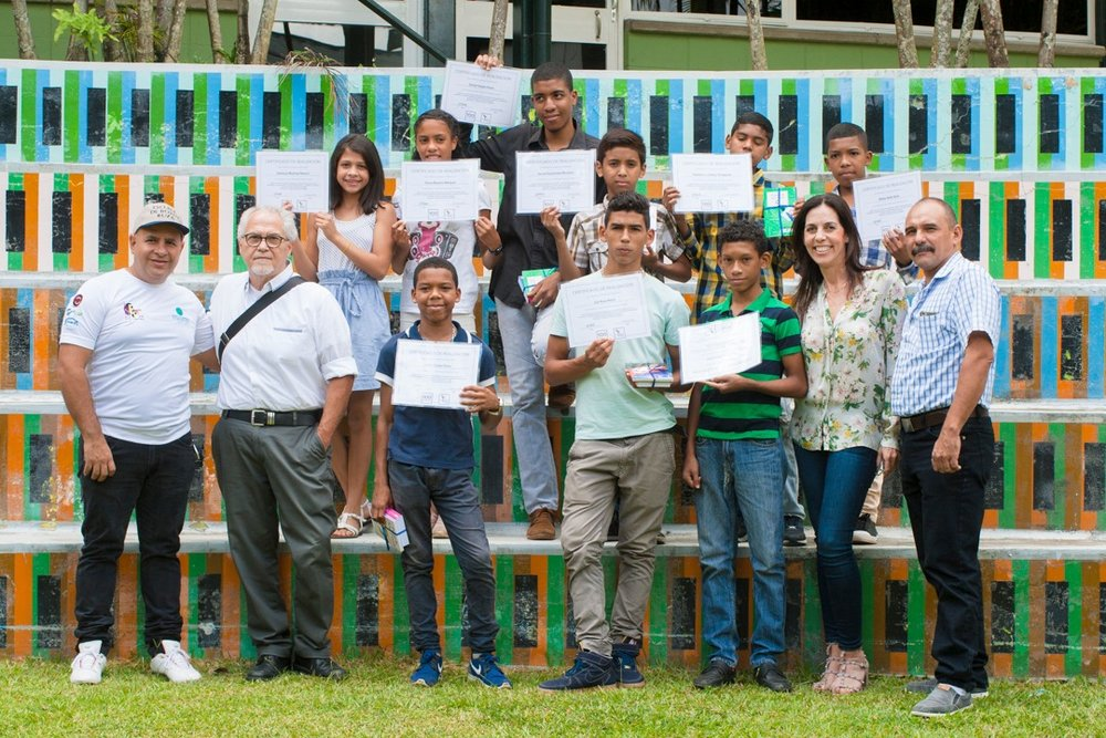 Snapshot Caracas    is a part of a 8 class course that is custom designed by 100cameras to equip passionate creatives with the tools to empower kids in a community they care about with the opportunity to learn how to process their stories and create change.    Pictured here    are 100cameras students with Snapshot Teachers, Elizabeth Schummer and  Ricardo Jimenez, on class graduation day held in partnership with local organization, Espacio Anna Frank.