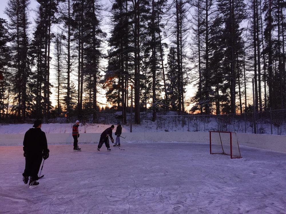 Eishockeyspiel bei Sonnenuntergang