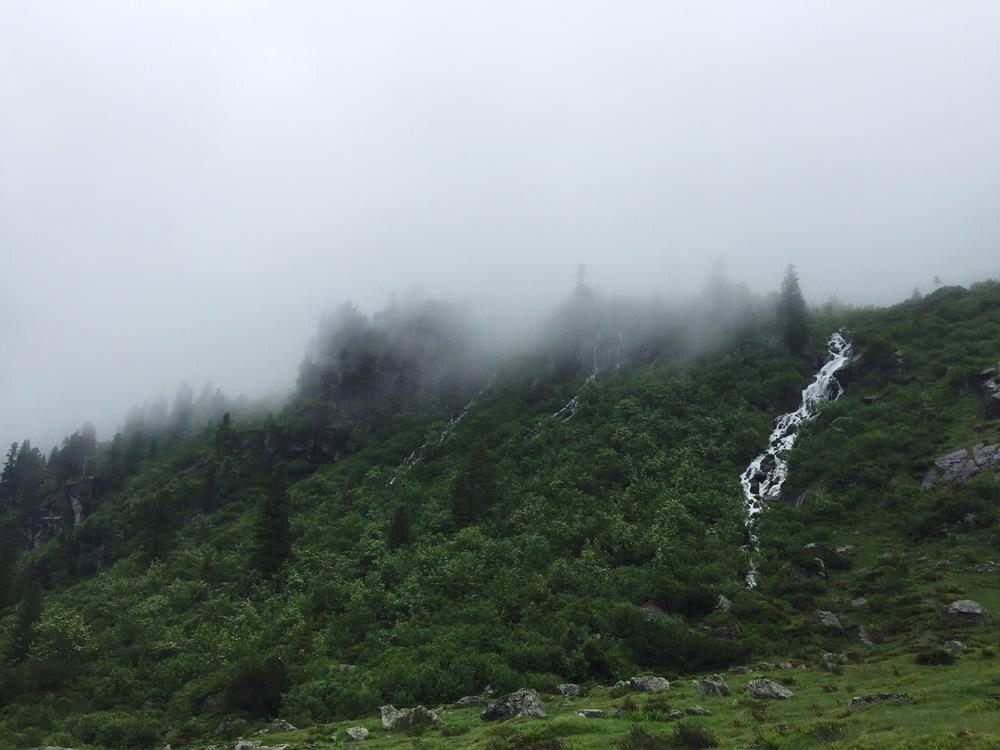 Ganze Wanderung entlang gibt es wunderschöne Wasserfälle und Bäche