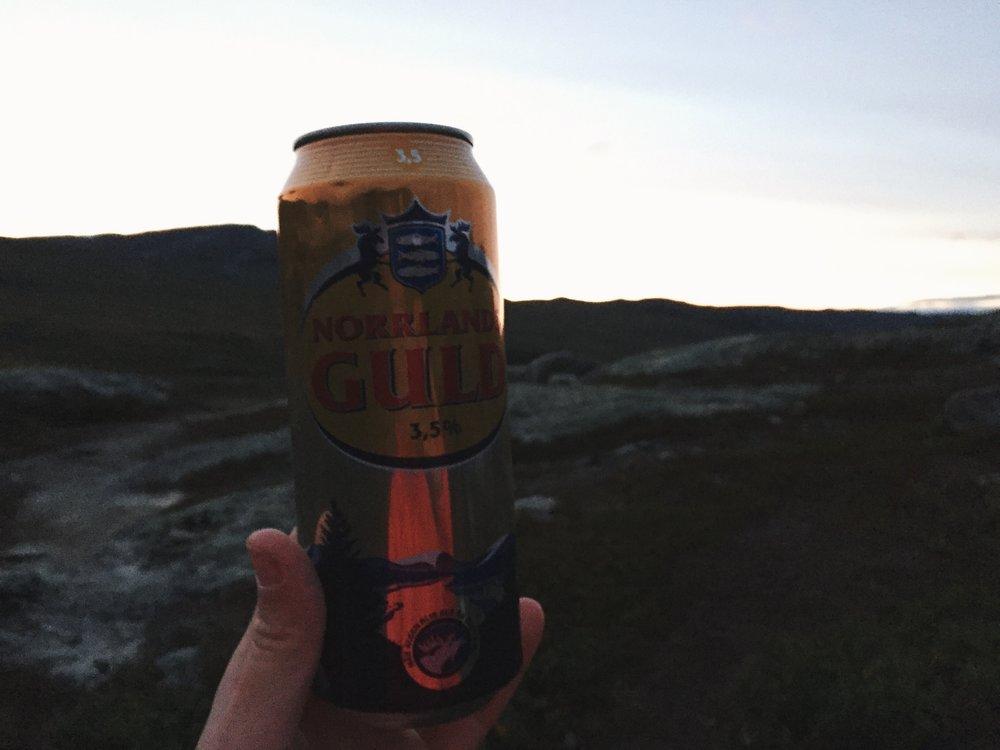 Schmeckt nirgends so gut wie hier. Ein kaltes Bier nach einem langen Tag.