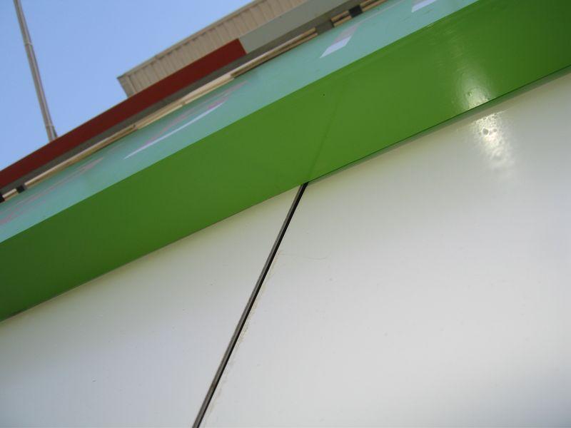 в стыки можно подсматривать что происходит за окном, которое закрывает вывеска