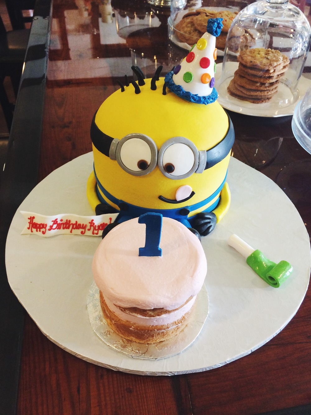 Minion_first_birhtday_smash_cake-sugarbeesweets.JPG
