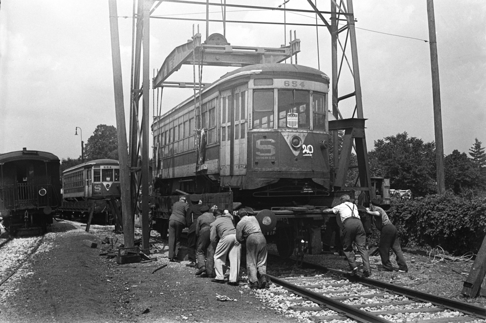 the streetcars from the united states are being unloaded in rodaun on june 13, 1949   (Wiener Linien)