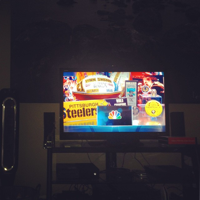 Thanks to #mohu , we're watching  the game without a cable bill. Suck it. Or go buy one. Link on the site, yo. Steeler live regardless :) Our Mohu goes behind that photo.  #cutthecords #gomohu #katyperry #juicyjay #iwannaflyawayfromlennykravitz