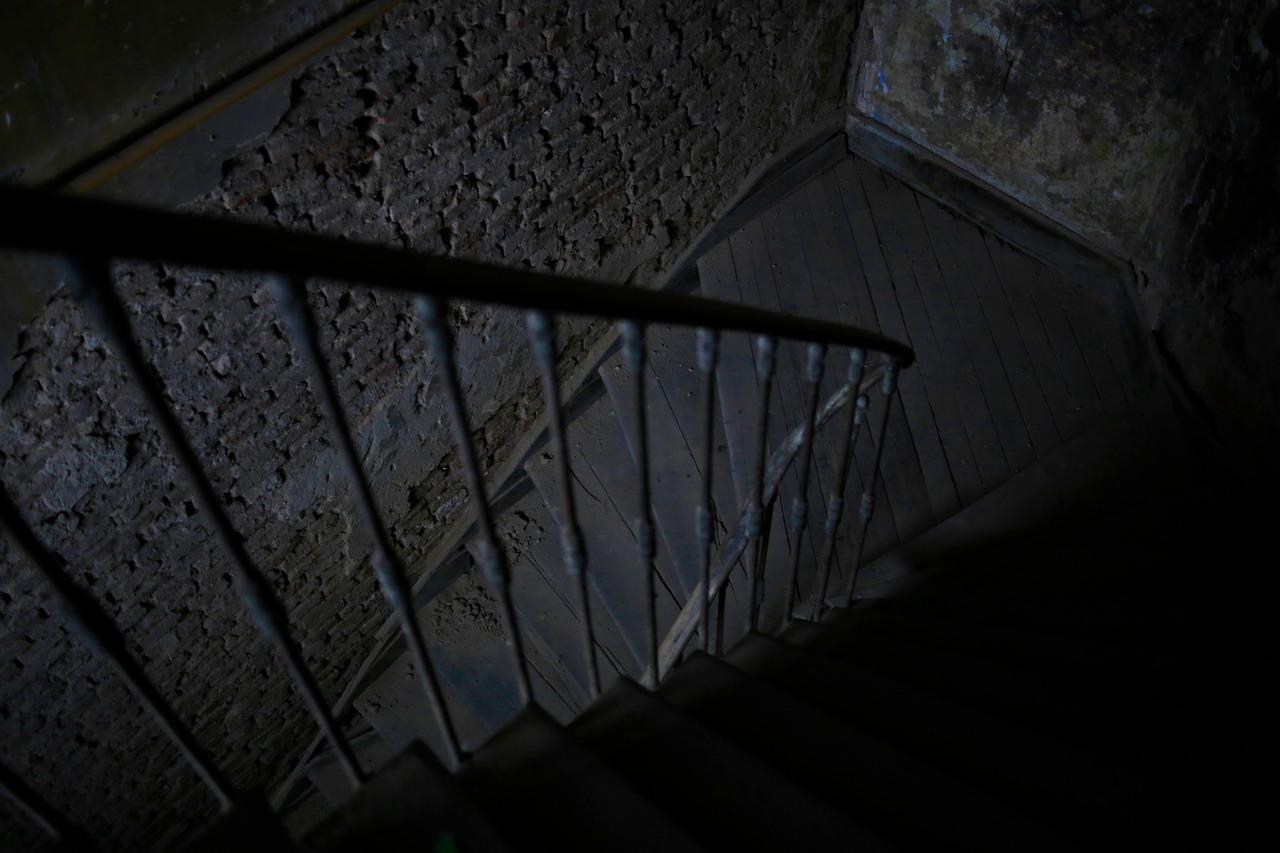 escaleras en un edificio viejo