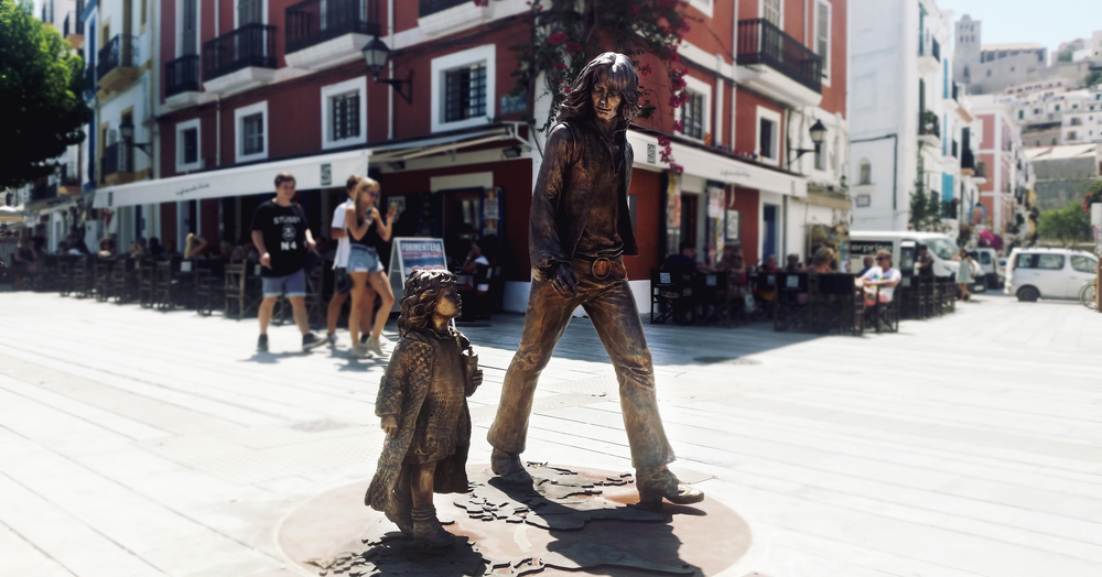 UN MONUMENTO EN IBIZA RECORDANDO A LOS HIPPIES
