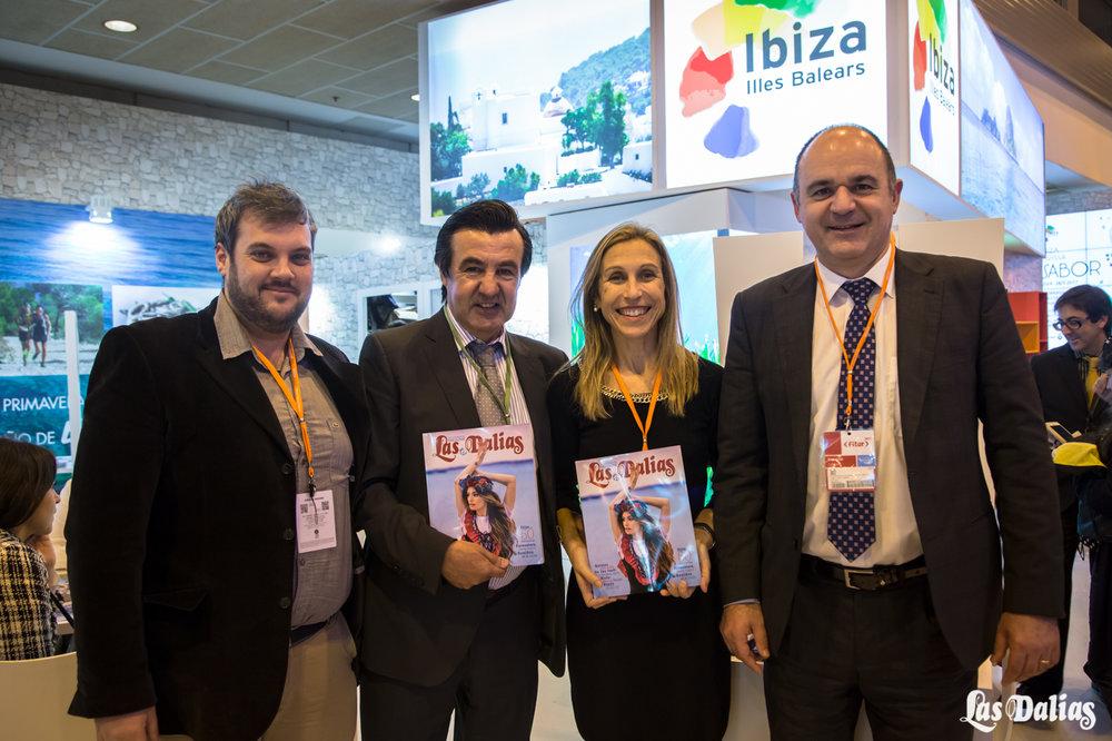 A la derecha el alcalde de Santa Eulalia, Vicent Mari, junto a la concejala de Turismo, Carmen Ferrer, y Juanito de Las Dalias.