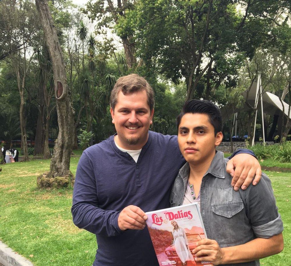 """""""Jorge Menesesrecibe la revista en Ciudad de México de la mano del coordinador de los premios, Ben Clark."""""""