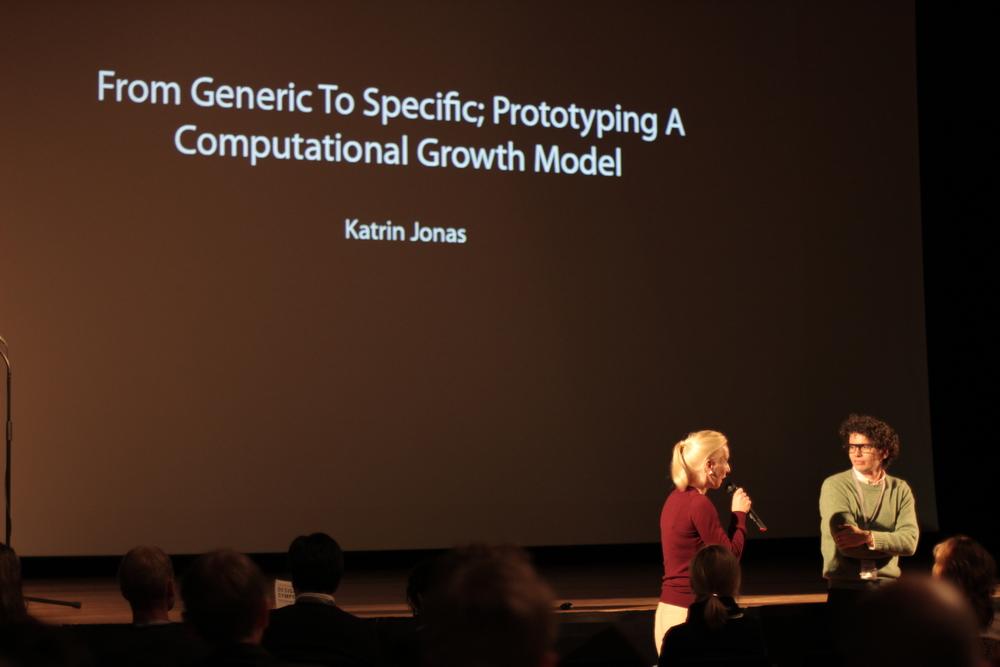 La Dra. Katrin Jonas presentandodurante el Design Modelling Symposium 2013.