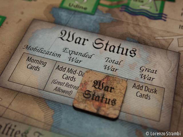 Il segnalino che indica lo stato di Guerra (le epoche e il momento in cui aggiungere nuovi mazzi al gioco)