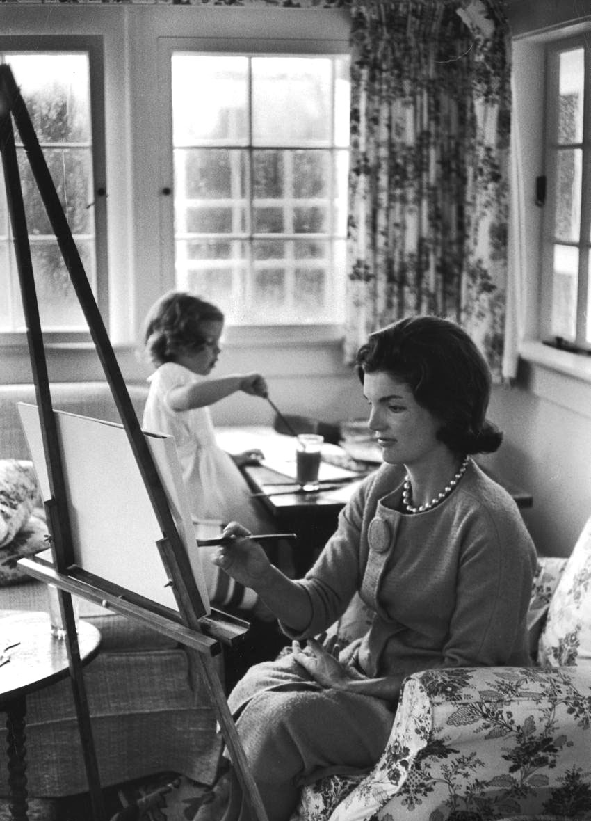 Jackie Kennedy Onassis painting with daughter Caroline. September 13, 1960 Photo: Alfred Eisenstaedt (via life)