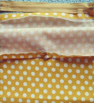 Αφού το σιδερώσετε διπλωστε τις δυο άκρες του υφάσματος  όπως σας δείχνω  στην εικόνα  για να γαζωσετε τη μια πλευρα του φερμουαρ ανάμεσα.   Then  fold the two edges of the fabric as it shown in the picture, to sew  at the sewing machine the one edge of the zip between the two edges.