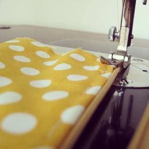 Γαζώστε την μια πλευρα του φερμουαρ στο ύφασμα με την μηχανή.   Sew the one side of the zip to the polka dots fabric using the sewing  machine.