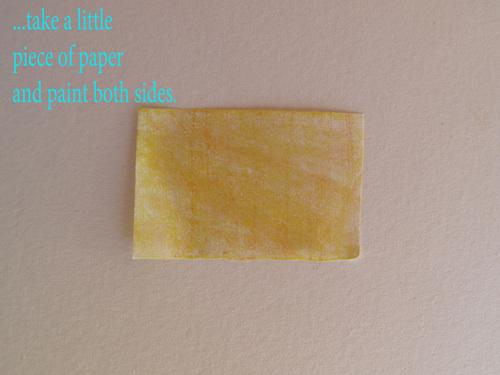 Kόψτε ένα μικρό χαρτάκι και βάψτε και τις 2 πλεύρες του.