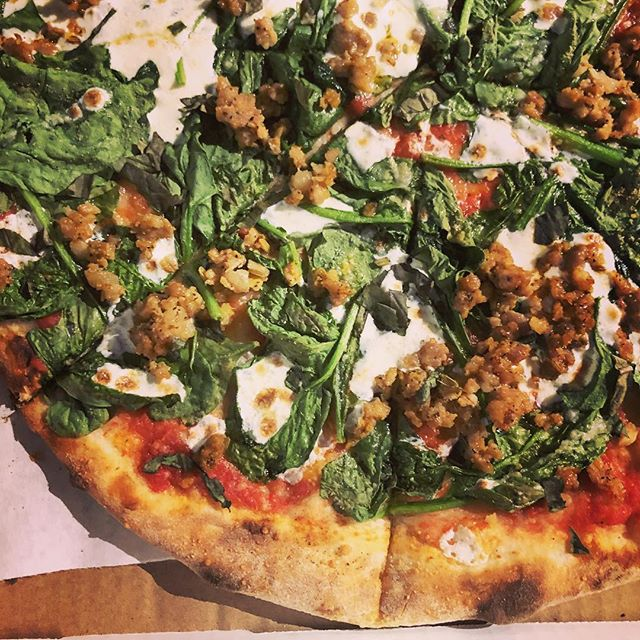 Fresh out the fire 🔥 #margherita #sausage #spinach #fresh #mozzarella #za