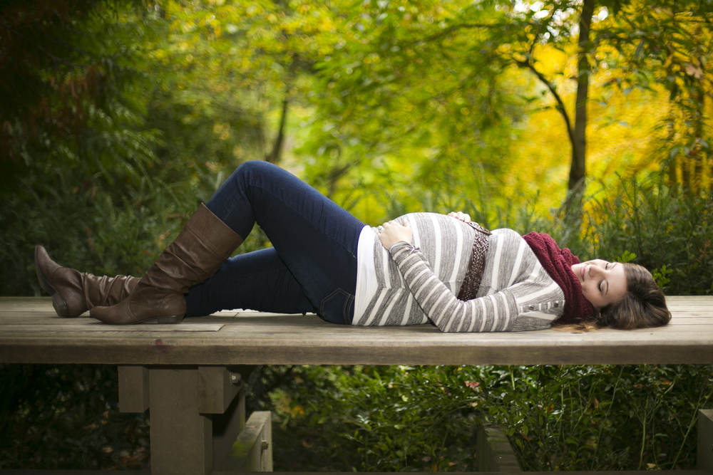 These fall maternity photos were made that much better by great styling. The casual elements of the outfit, combined with neutral colors and simple accessories really fit in with this beautiful autumn setting.
