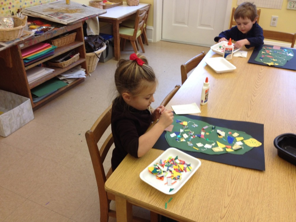 The children drew, cut out and decorated Christmas trees.