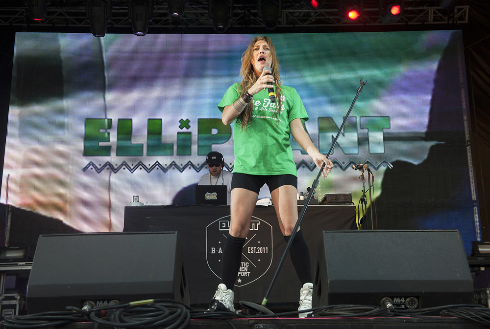 Swedish singer/songwriter Elliphant wears a Falls Festival volunteer t-shirt while performing on New Year's Eve 2015 - image courtesy of Kirsty Umback.