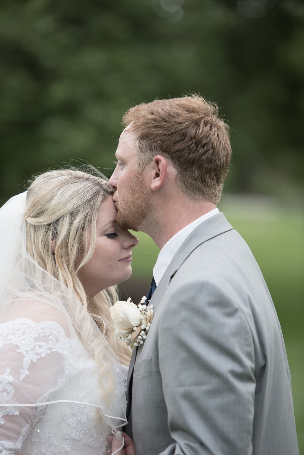 bride_groom_kiss_hopkins_park_dekalb_il