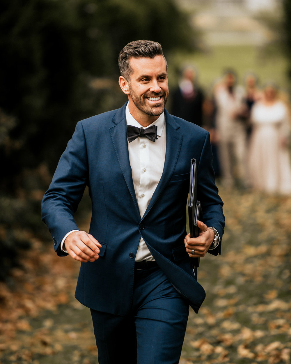 officiant-jeff-maeck-walks-down-aisle-before-ceremony-001.jpg