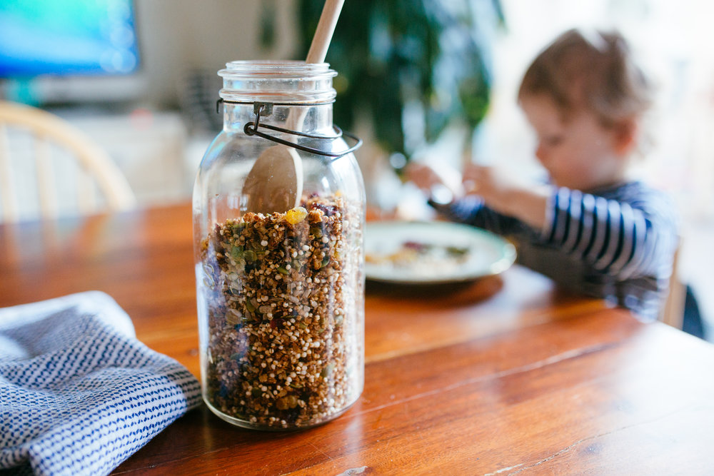 H qui mange le reste de mes ingrédients après que j'aie pris la photo...S'obstiner à manger des graines de citrouilles à la fourchette? Bonne chance!